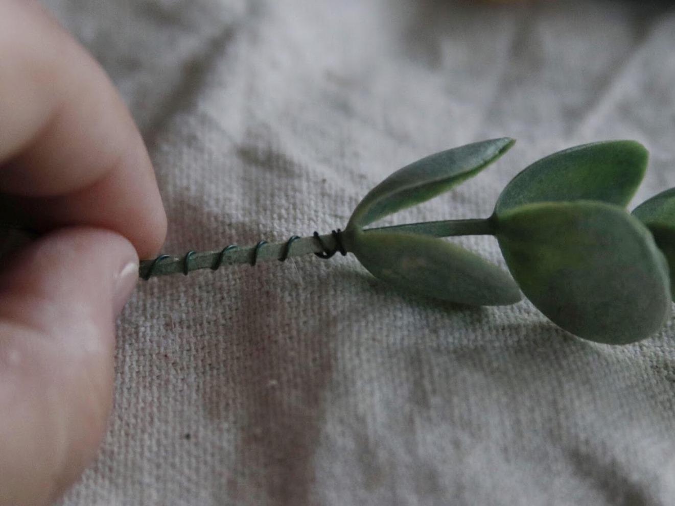 Как сделать цветочную композицию - примотайте проволоку к стеблю