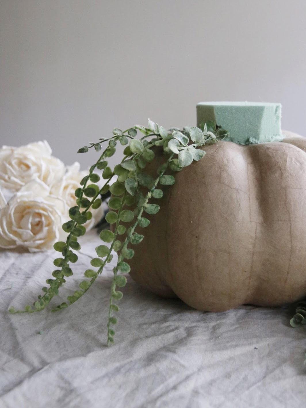 Как сделать цветочную композицию - установите на губку длинные стебли