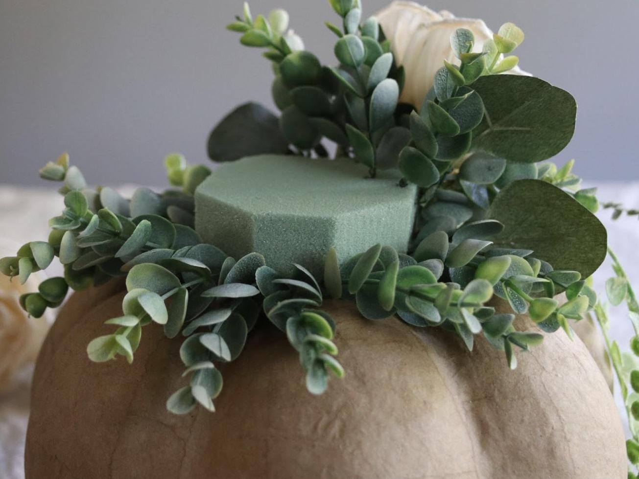 Как сделать цветочную композицию - прикрепите короткие стебли