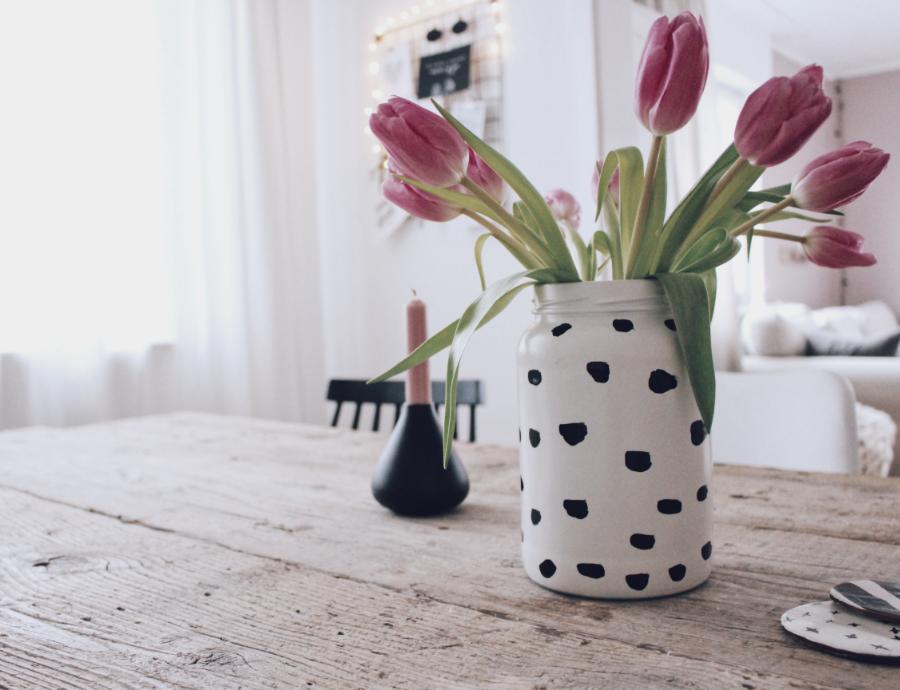 Как сделать вазу из банки с помощью красок и лака для ногтей