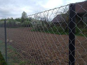 Сетчатый забор и столбы для них